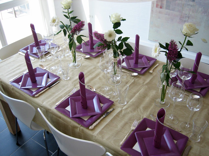 lilla engangsservice og lilla servietter